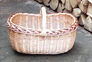 Geräumiger Korb mit eckiger Grundfläche und Zopfrand